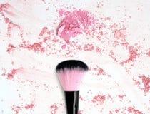 Bloos maken omhoog poeder op verpletterd roze poederschoonheidsmiddel royalty-vrije stock foto