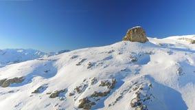 Blootgestelde Bergpiek in een weg Piste Ski Area stock footage