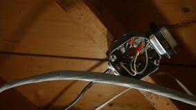 blootgestelde gevaarlijke elektrodoos op het plafond van woonkelderverdieping stock footage
