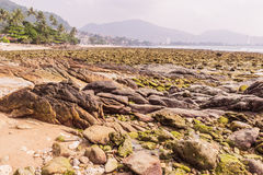 Blootgestelde rots wanneer ebachtergrond, Kalim-baai, Phuket, Thaila Stock Foto