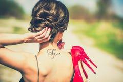 Blootvoets donkerbruin meisje in zwarte kleding openlucht Royalty-vrije Stock Afbeelding