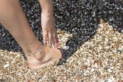 Blootvoets het lopen op strand royalty-vrije stock fotografie