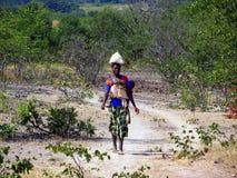 Blootvoets jonge zimbabwian vrouw Stock Fotografie