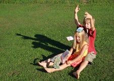Blootvoets jongen en meisje die geld werpen Stock Foto's