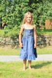 Blootvoets meisje in blauwe kleding Stock Foto's