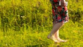 Blootvoets meisje die op gras lopen stock videobeelden