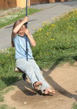 Blootvoets meisje op een schommeling Stock Fotografie