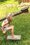 Blootvoets meisje op een schommeling stock afbeeldingen