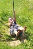 Blootvoets meisje op een schommeling Royalty-vrije Stock Foto