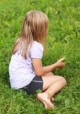 Blootvoets meisje op gras stock afbeelding