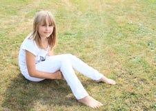 Blootvoets meisje op weide royalty-vrije stock fotografie