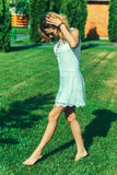 Blootvoets op het gras Stock Afbeeldingen