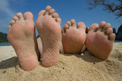 Blootvoets op het strand Stock Foto's