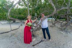 Blootvoets Strandhuwelijk in Daaibooi Stock Foto