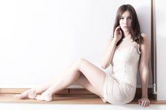 Blootvoetse elegante vrouw Stock Afbeelding
