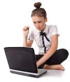 Blootvoetse meisjeszitting op floo en de werkzaamheden Royalty-vrije Stock Foto