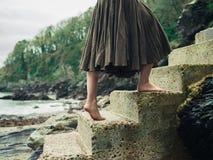 Blootvoetse vrouw die omhoog stappen in aard lopen stock afbeelding