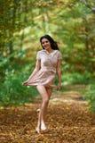 Blootvoetse vrouw in het bos Stock Afbeelding
