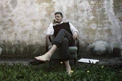Blootvoetse Zakenman Relaxing Stock Foto's
