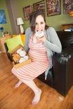 Blootvoetse Zwangere Dame Eating royalty-vrije stock fotografie