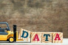 Bloque amarillo D de la letra del control de la carretilla elevadora del juguete para terminar datos de la palabra Fotos de archivo libres de regalías