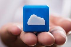 Bloque cúbico del icono de la nube de la tenencia del empresario imágenes de archivo libres de regalías
