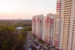 Bloque de apartamentos cerca del bosque fotografía de archivo