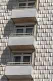Bloque de apartamentos con tres balcones imagen de archivo libre de regalías