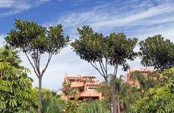 Bloque de apartamentos de lujo en Puerto Banus en la Costa del Sol Imagen de archivo libre de regalías