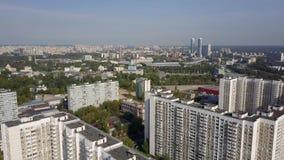 Bloque de apartamentos del panel como parte de paisaje urbano aéreo de Moscú, Rusia almacen de metraje de vídeo