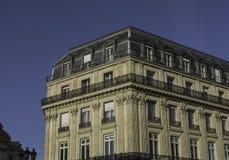Bloque de apartamentos magnífico en Europa, contra un cielo azul profundo Imagenes de archivo