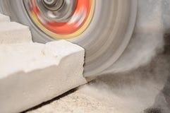 Bloque de cemento del corte de la amoladora Imagenes de archivo