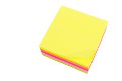 Bloque de cinco colores de notas de post-it Imagenes de archivo