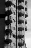 Bloque de embarcadero amarillo Londres de las viviendas Imagen de archivo libre de regalías