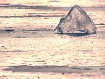 Bloque de hielo transparente en superficie congelada del mar Reflexión de Sun que sorprende Fotos de archivo libres de regalías