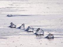 Bloque de hielo transparente en superficie congelada del mar Reflexión de Sun que sorprende Imagenes de archivo