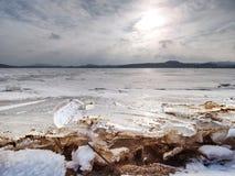Bloque de hielo transparente en superficie congelada del mar Reflexión de Sun que sorprende Foto de archivo