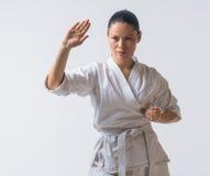 Bloque de la demostración de la mujer en ejercicio del arte marcial Imagen de archivo