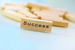 Bloque de madera con el éxito escrito en él Foto de archivo