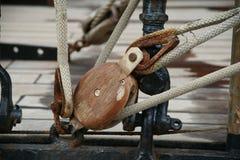 Bloque de madera con la cuerda Fotos de archivo libres de regalías