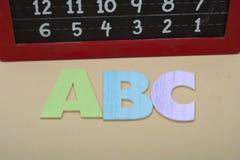 Bloque de madera de ABC con el tablero de tiza - de nuevo a concepto de la escuela Imagen de archivo