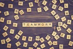 Bloque de madera de la palabra del trabajo en equipo en la tabla para el concepto del negocio Foto de archivo libre de regalías