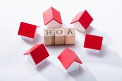 Bloque de madera de la asociación de dueño de la casa rodeado con los modelos de la casa fotos de archivo libres de regalías