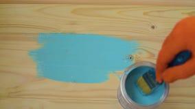 Bloque de madera de la pintura de la mano con el cepillo almacen de video