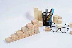 Bloque de madera que apila como escalera del paso en la tabla de madera Concepto del negocio para el proceso del ?xito del crecim foto de archivo