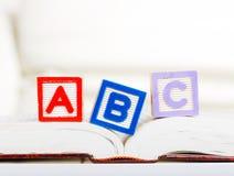 Bloque del alfabeto con ABC en el libro Foto de archivo libre de regalías