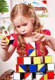 Bloque del juego del preschooler del niño en sitio del juego. imagen de archivo