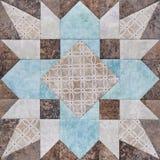Bloque geométrico de pedazos de telas, detalle del remiendo del edredón imagenes de archivo