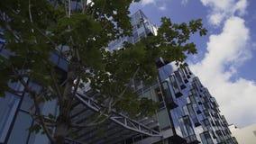 Bloque urbano creativo con los edificios altos con la fachada y los balcones de cristal almacen de metraje de vídeo