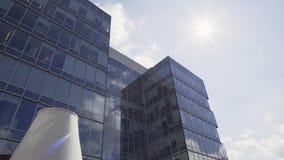 Bloque urbano hermoso con los edificios altos con la fachada y los balcones de cristal almacen de metraje de vídeo